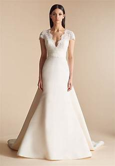 Wedding Gowns For choosing between dramatic and simple bridal gowns for your