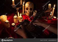 schwarze magie rituale conceito de dia das bruxas ritual de magia negra stock