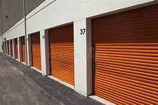 B Orange Garage by Garage Stockbild Bild Metall Schatten Orange Dach