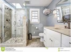interno bagno interno moderno bagno con la doccia di vetro della
