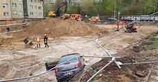 auto ummelden düsseldorf auto f 228 hrt in d 252 sseldorf in baugrube und rei 223 t fu 223 g 228 nger
