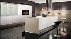 strakke design keuken met eiland en grote inbouw