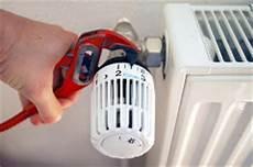 Heizung Entlüften über Thermostat - heizung entl 252 ften so entl 252 ften sie ihren heizk 246 rper