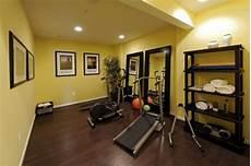 Fitnessraum Zuhause Einrichten - ideen kleiner fitnessraum zuhause holzboden gelbe
