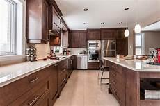 cuisine intemporelle cuisine contemporaine en bois et comptoirs de quartz laval