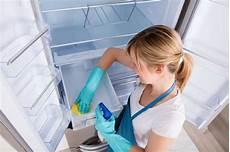 kühlschrank sauber machen so oft solltest du k 252 hlschrank ofen und co reinigen