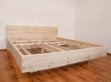 handgefertigtes massivholz bett schwebend zirbenholz