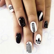 ongles vernis noir et blanc