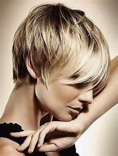 coupe de cheveux ondulés coupe de cheveux court moderne
