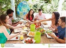 Groupe D Amis Appr 233 Ciant Le Repas Dehors 224 La Maison Photo