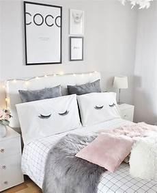 gem 252 tliches bett im schlafzimmer mit verschiedenen kissen