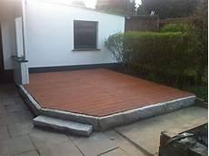 holzterrasse mit steinumrandung holzterrasse terrasse