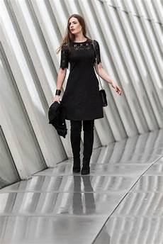 kleid stiefel kombinieren abendlook schwarzes kleid mit spitze und overknees