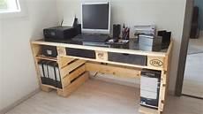 faire un bureau en bois bureau palette et verre par otic sur l air du bois