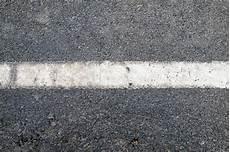 ligne blanche sur la texture de route goudronn 233 e photo