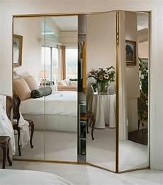 porte de placard miroir les portes de placard pliantes pour un rangement joli et