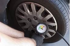 comment gonfler ses pneus comment bien gonfler ses pneus pour prolonger leur dur 233 e