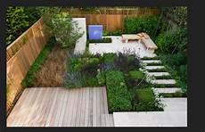ein kleiner innengarten gestaltet mit stein und holz