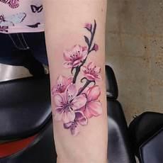 tatuaggio ramo con fiori fiore di ciliegio scopri significato storia e foto