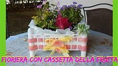 cassetta di plastica fioriera con cassetta della frutta e sacchi di plastica
