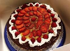torta margherita con crema pasticcera e fragole torta al cioccolato con fragole panna e crema pasticcera verovegan verovegan