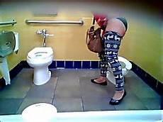 scopare nel bagno gabinetto