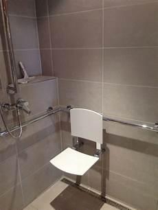 barrierefreie dusche mit klappsitz gt sitz ausgeklappt