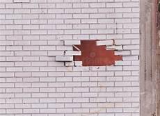 trou blanc dans le mur de briques photo stock image du