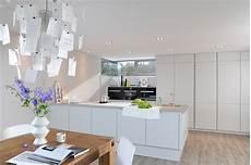 arbeitsplatte kuche moderne einrichtung insel kueche matt weiss beton