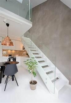 treppe mit geländer treppe mit glasgel 228 nder f 252 r schickes interieur archzine net