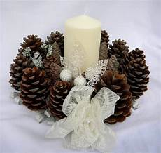 decorazioni natalizie con candele centro tavola natalizio con candele e pigne le sap 249 tell