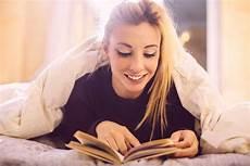 leggere a letto leggere prima di addormentarsi 5 buoni motivi per farlo