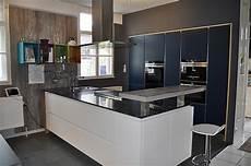 Küchenschrank Mit Ausziehbarer Arbeitsplatte - h 228 cker musterk 252 che inselk 252 che grifflos mit naturstein wei 223