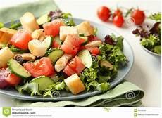 gewächshaus gurken und tomaten salat mit fleisch gurken tomaten und croutons stockbild