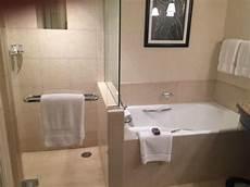 bagno con doccia e vasca bagno con doccia e vasca foto di four seasons hotel