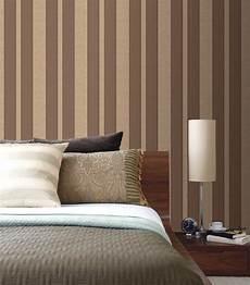 tapeten ideen schlafzimmer tapeten schlafzimmer gestaltungsideen streifen braun beige