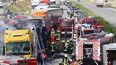 unfall auf der a9 horror unfallserie mit lkw auf der a9 kleintransporter eingequetscht fahrer tot