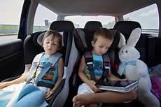 kindersitz für beckengurt im auto bei gro 223 er hitze wird es schnell gef 228 hrlich