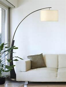 moderne bogen stehle neben einem hellfarbigen sofa