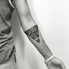 tatouage triangle bras femme