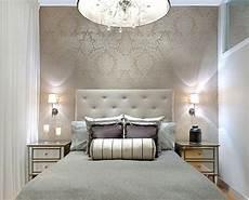 design tapeten schlafzimmer lorenzo damask wallpaper gabrielle embroidery bolster