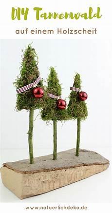 Tannenwald Aus Moos Auf Einem Holzscheit Weihnachtlich