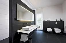Badezimmer Schwarze Fliesen Wei 223 E M 246 Bel Badspiegel