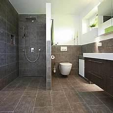 begehbare dusche gemauert bodengleiche dusche thermostatarmatur fliesenmosaik flur in 2019 gemauerte dusche
