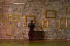 cornici da muro svuoti le cornici sul muro di mattoni fotografia stock