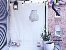 balkon vorhang sichtschutz blumen pflanzen topf korb