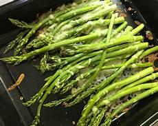 grünen spargel schälen gr 252 ner spargel aus dem ofen low carb muddis kochen