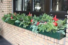 blumenkästen dekorieren winter blumenkasten winterlich dekorieren