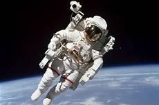 Gambar Astronot Di Luar Angkasa Ar Production