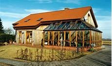 Holzhaus Mit Ziegeldach Und Wintergarten Haus Holzhaus